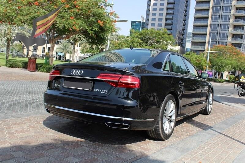 Audi A8 черного цвета